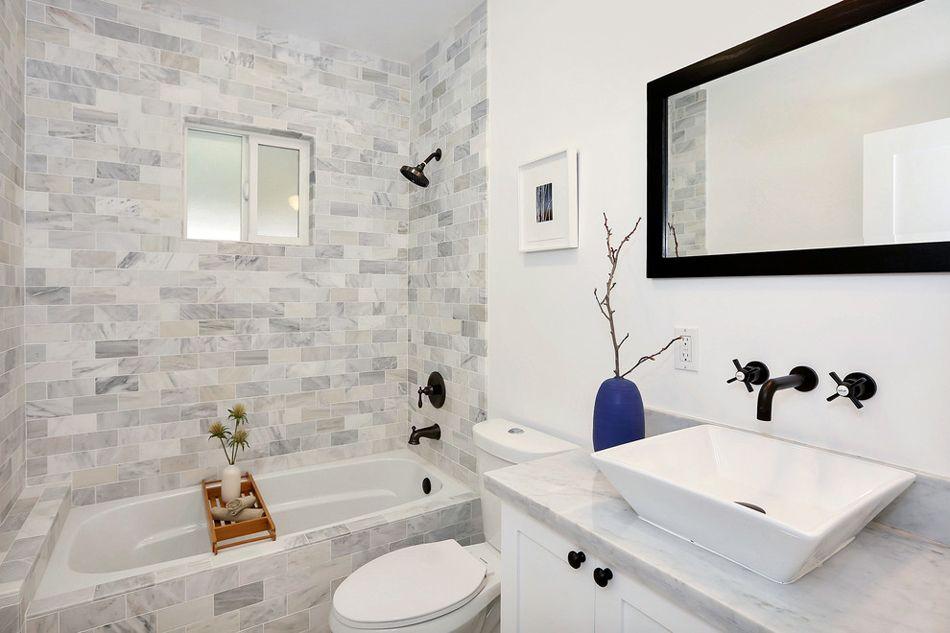 Salle de bain marbre blanc pour afficher une classe intemporelle