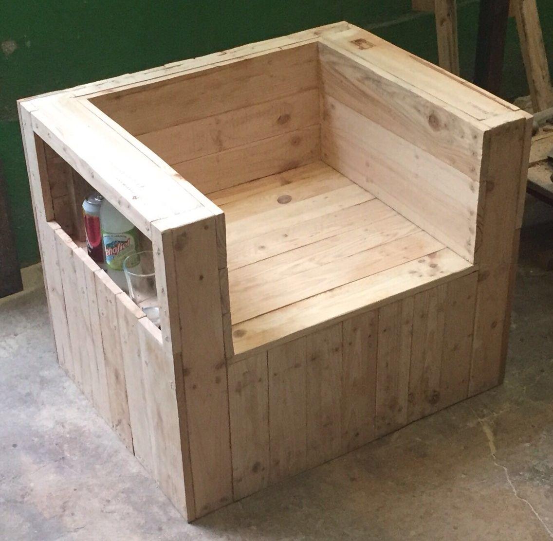 Sill n individual hecho de madera de tarima sill n for Sillones de madera reciclada