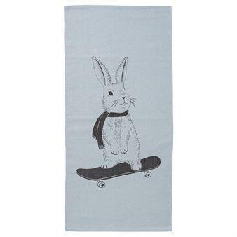 Rabbit on skateboard on vauhdikas ja herttainen matto lastenhuoneeseen Bloomingvilleltä. Skeittilaudalla hurjasteleva pupu pehmeän sinisellä matolla on taatusti jokaisen pikkuvekaran suosikki!