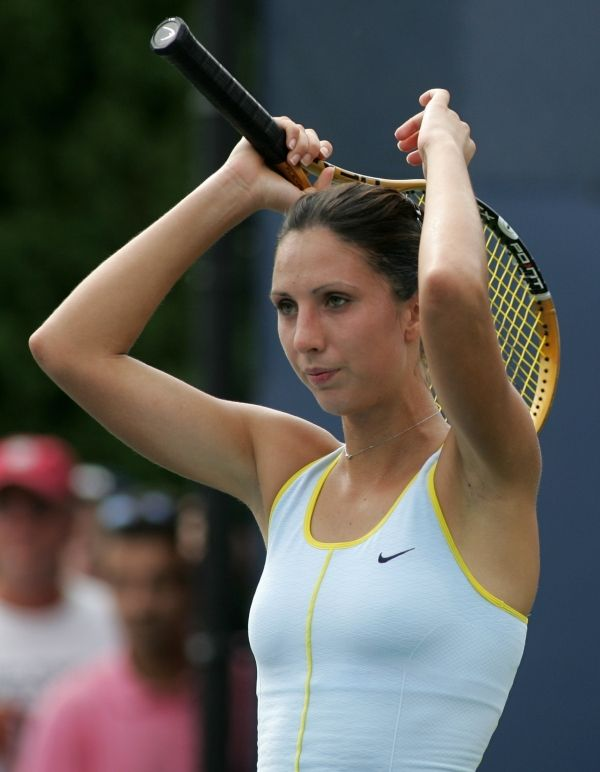 hand-hidden-female-tennis-players-bodies-rodrigues-naked