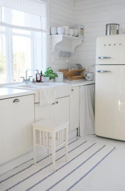 k che ganz in wei kitchen smeg k hlschrank. Black Bedroom Furniture Sets. Home Design Ideas