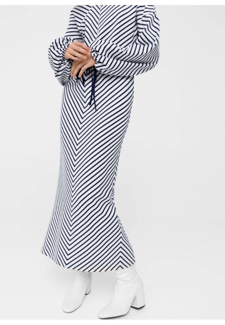 Mango. OVERSIZE - Vestito lungo - light blue. Avvertenze:Non asciugare in asciugatrice,Lavaggio a secco possibile. Composizione:95% Poliestere, 5% elastan. Lunghezza:Sul polpaccio. Scollo:Scollo a V. Lunghezza manica:Manica lunga. Vestibilità:...