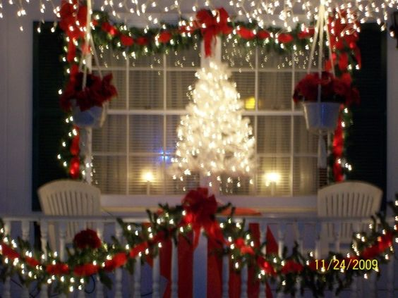 50 Christmas Apartment Decor Ideas That Takes The Definition Of Elegance To A Whole New Level Hike N Dip Christmas Apartment Christmas Decorations Apartment Christmas Lights