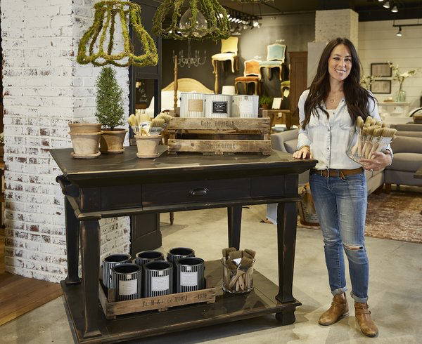 39 fixer upper 39 joanna gaines 39 latest news may bring her into your home shabby chic. Black Bedroom Furniture Sets. Home Design Ideas