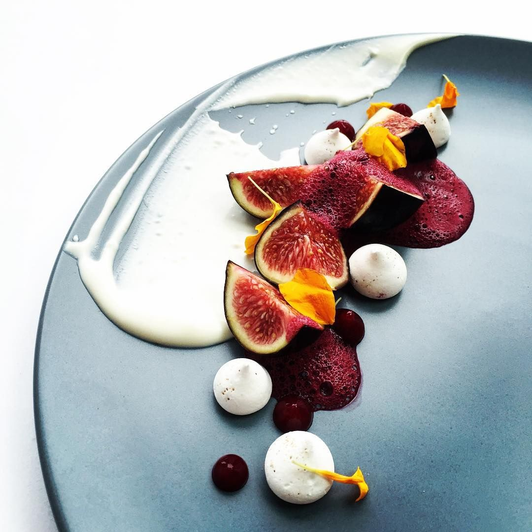 Close-up • créme fraîche, figs, meringue, berry foam and berry gel