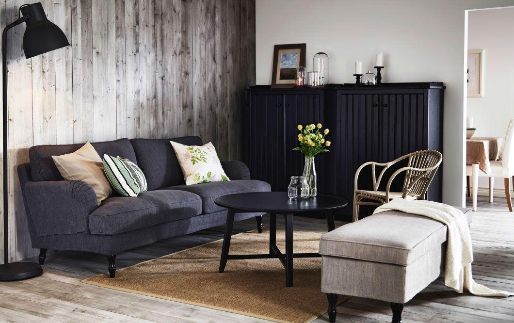 Un salón con un sofá STOCKSUND gris, solución de almacenaje ...