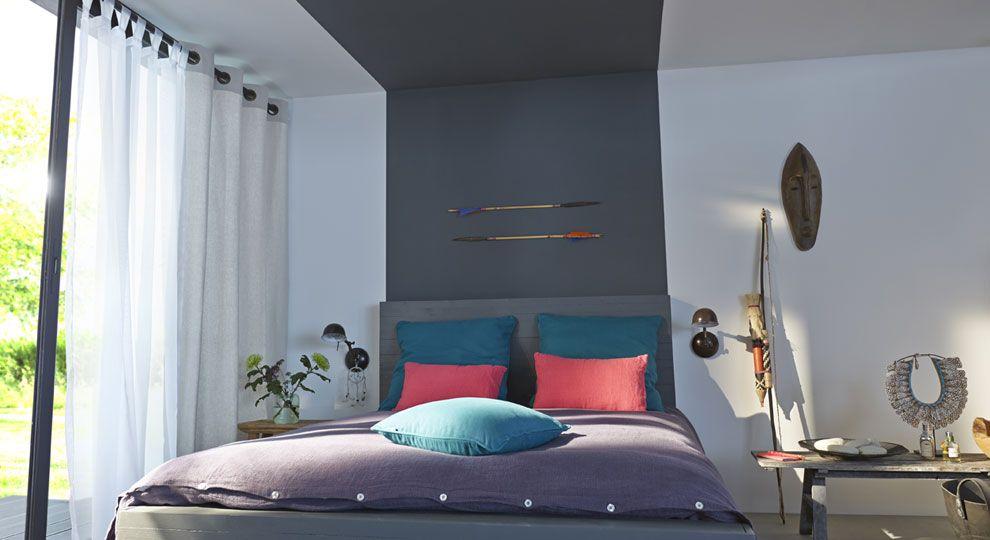 une bande de peinture grise donne l 39 illusion d 39 une t te de lit infinie pour mettre en valeur la. Black Bedroom Furniture Sets. Home Design Ideas