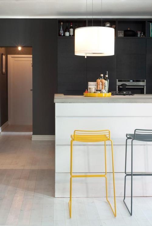 Cuisine design blanche et grise et une touchr de jaune - Tabouret de cuisine design jaune ...