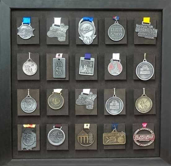 Cuadros porta medallas cuadro de 20 espacios color for Ideas para colgar medallas