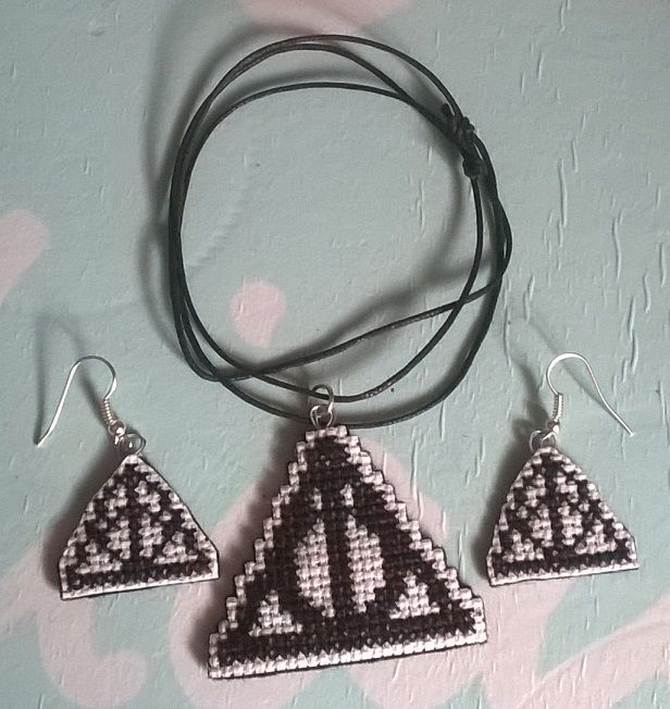 I doni della morte set https://www.etsy.com/listing/246146085/the-deathly-hallows-jewelry-set?ref=shop_home_active_16