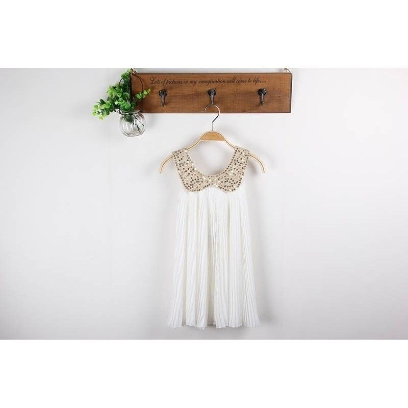 Plisseret chiffon kjole i hvid med guld palliet krave