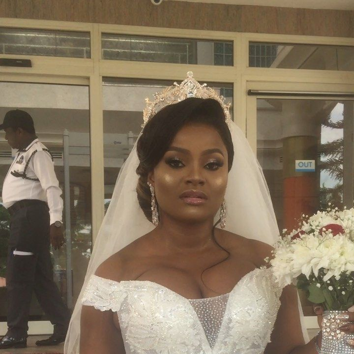 Customer award of the year goes to this bride😂😂😂. She's always fighting me,see the way she even answered me😂. She's my day one friend,we are skin tight and I wish her a blissful marriage. Thanks for having us style your hair,it means a lot to be part of your event. . . Bride @hallysumburthy . . Mua @genoveramakeovers . .