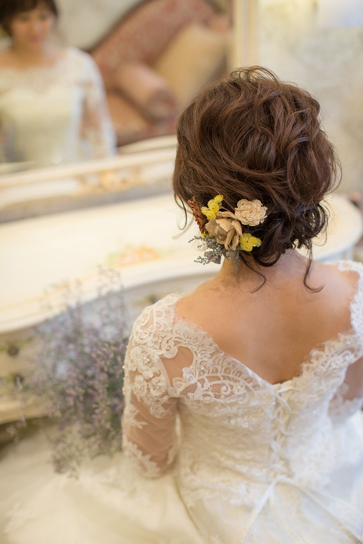 ショートヘア花嫁様におすすめのまとめ髪 ヘッドアクセにお花を選べば かわいさ増し増しで Wedding Weddinghair 結婚式 ヘアスタイル 花嫁ショートヘア 花嫁 結婚式ショートヘア