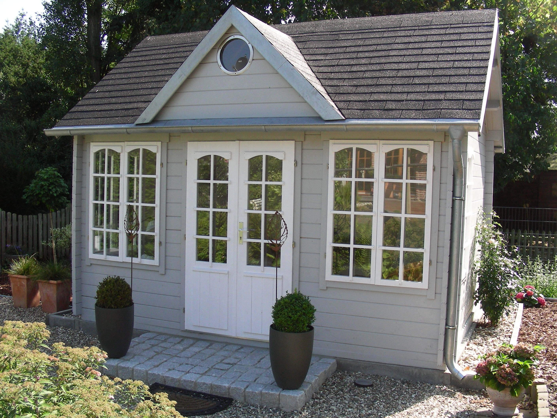 Clockhouse Gartenhaus, dessen Giebel mit einem runden Fenster
