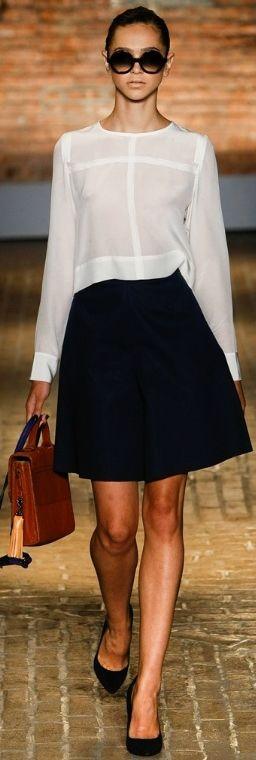 Comentário Fernanda Fuscaldo: Nem só da camisa de botão vive o escritório. Uma bonita blusa de bom tecido fica elegante e adequado.