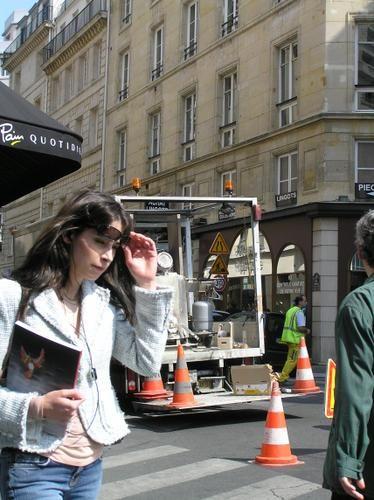 """Parigi+weather+report <BR> <BR>per+salutare+belinketeneghe+(<A+HREF=""""http://www.fotolog.com/belinketeneghe/20321115""""+TARGET=_top>http://www.fotolog.com/belinketeneghe/20321115</A>) <BR>qui+en+fait+de+très+belles+mais+volontaires+et+en+noir+et+blanc <BR> <BR>(j'ai+pris,+je+l'avoue,+cette+dame+en+partie+par+inadvertance+mon+sujet+était+l'engin+de+chantier+du+second+plan) <BR> <BR>[jeudi+12+avril+2007,+..."""
