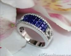 Over the Entire length of the ring head are first - something deeper - in three rows 24 Ceylon sapphires in excellent color (deep cornflower ...