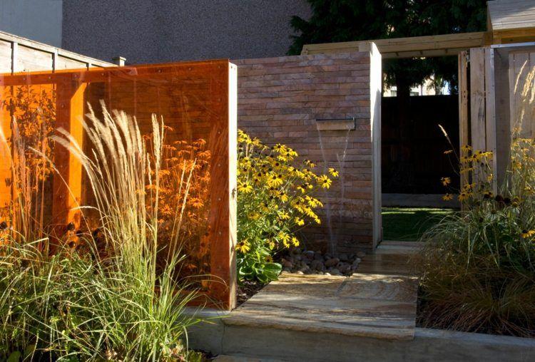 sichtschutz für den garten - zaun aus farbigem glas | garten, Garten und Bauten