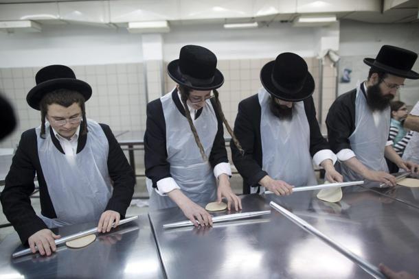 Ebrei ultra ortodossi seguono una lezione di panificazione a