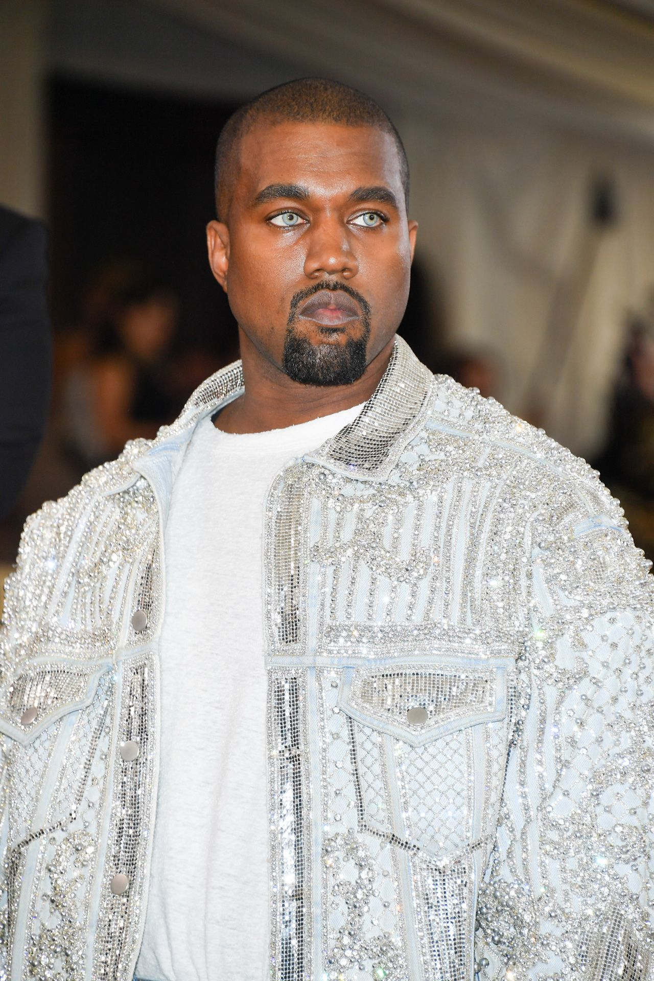 A Couture Denim Jacket By Balmain And Contact Lenses Straight From The Retro Beauty Archives Kanye West Nodded To 0 Look Masculinos Moda Masculina Moda Africa