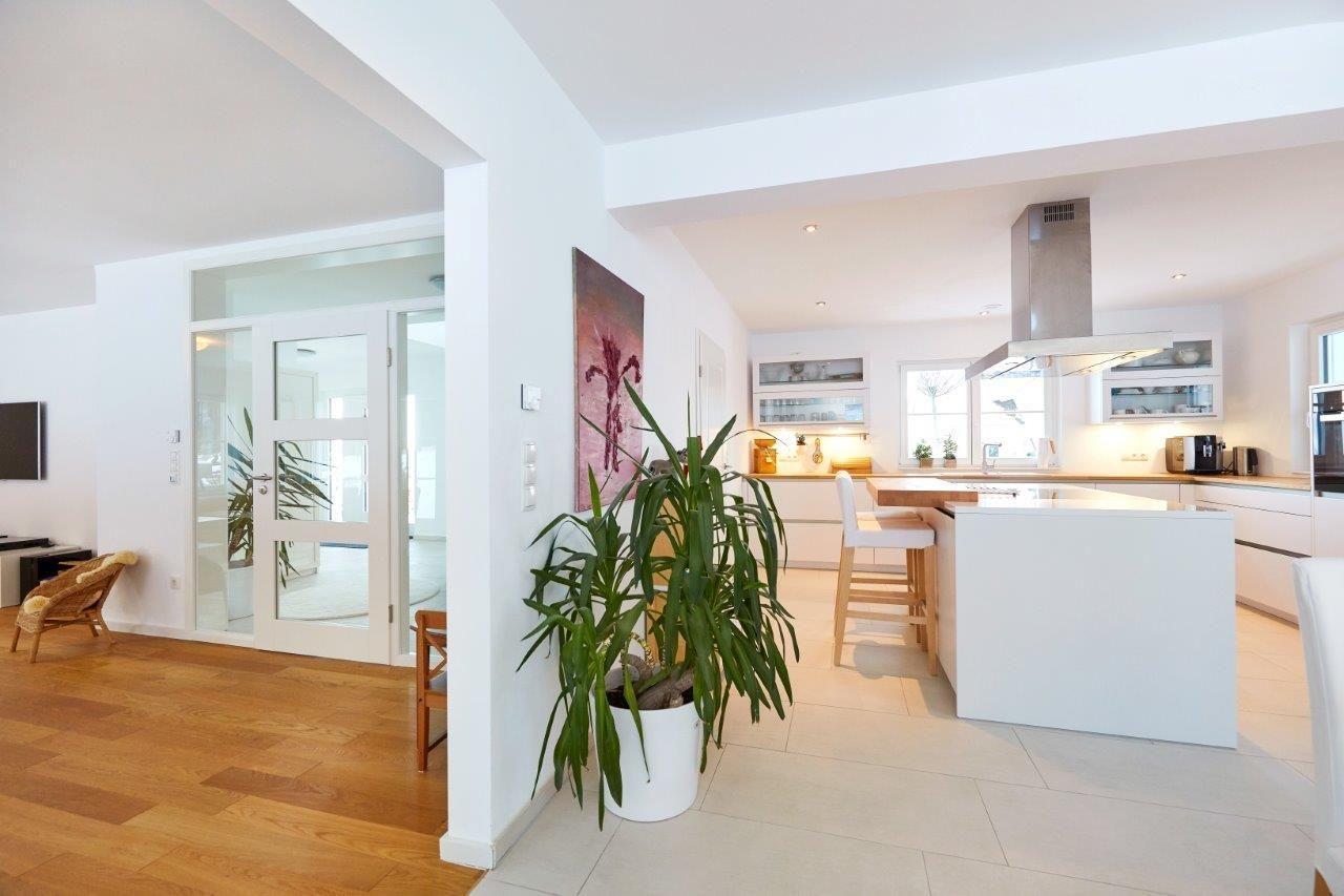 Moderne Küche offen mit Kochinsel und Abtrennung zum Essbereich