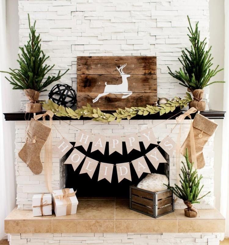 weihnachten dekorieren kamin weiss steinverkleidung girlande hirsch brett beige stilvoll. Black Bedroom Furniture Sets. Home Design Ideas