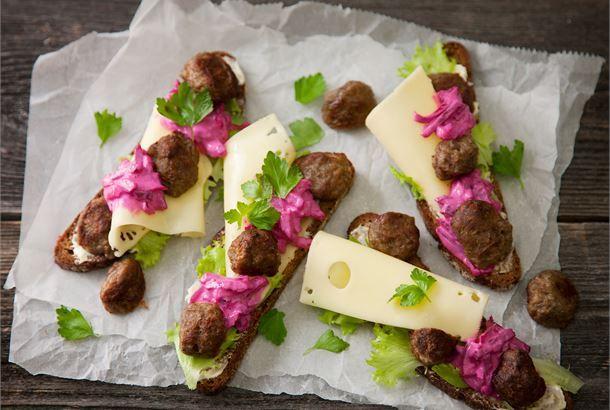 Lihapulla-juustoleipä. Lihapulla-punajuurileivät ovat tuttu yhdistelmä etenkin Ruotsissa. http://www.valio.fi/reseptit/lihapulla-juustoleipa/ #resepti #ruoka