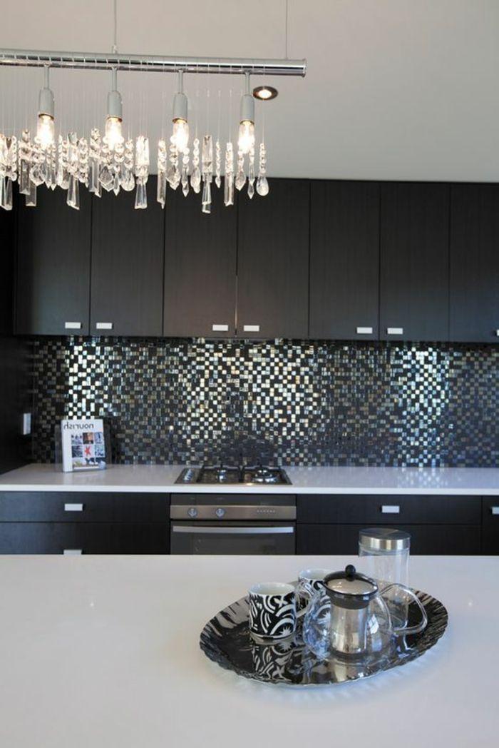 Schon Elegante Küche In Schwarz Und Weiß Mit Silbernen Mosaikfliesen