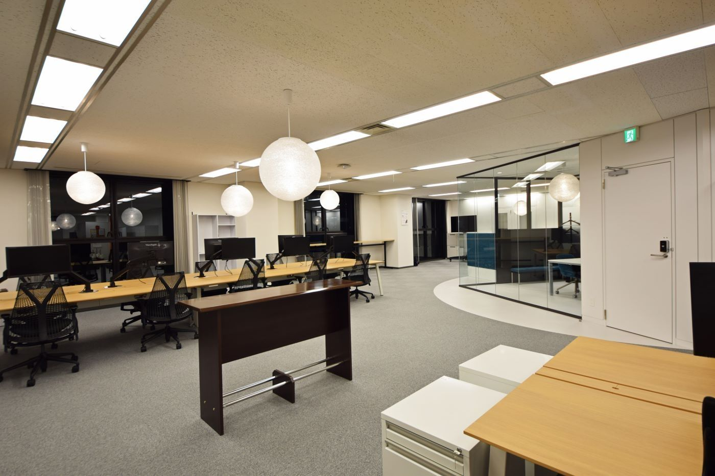 オフィスデザイン実績 ガラス壁で織りなすオープン空間から発信される