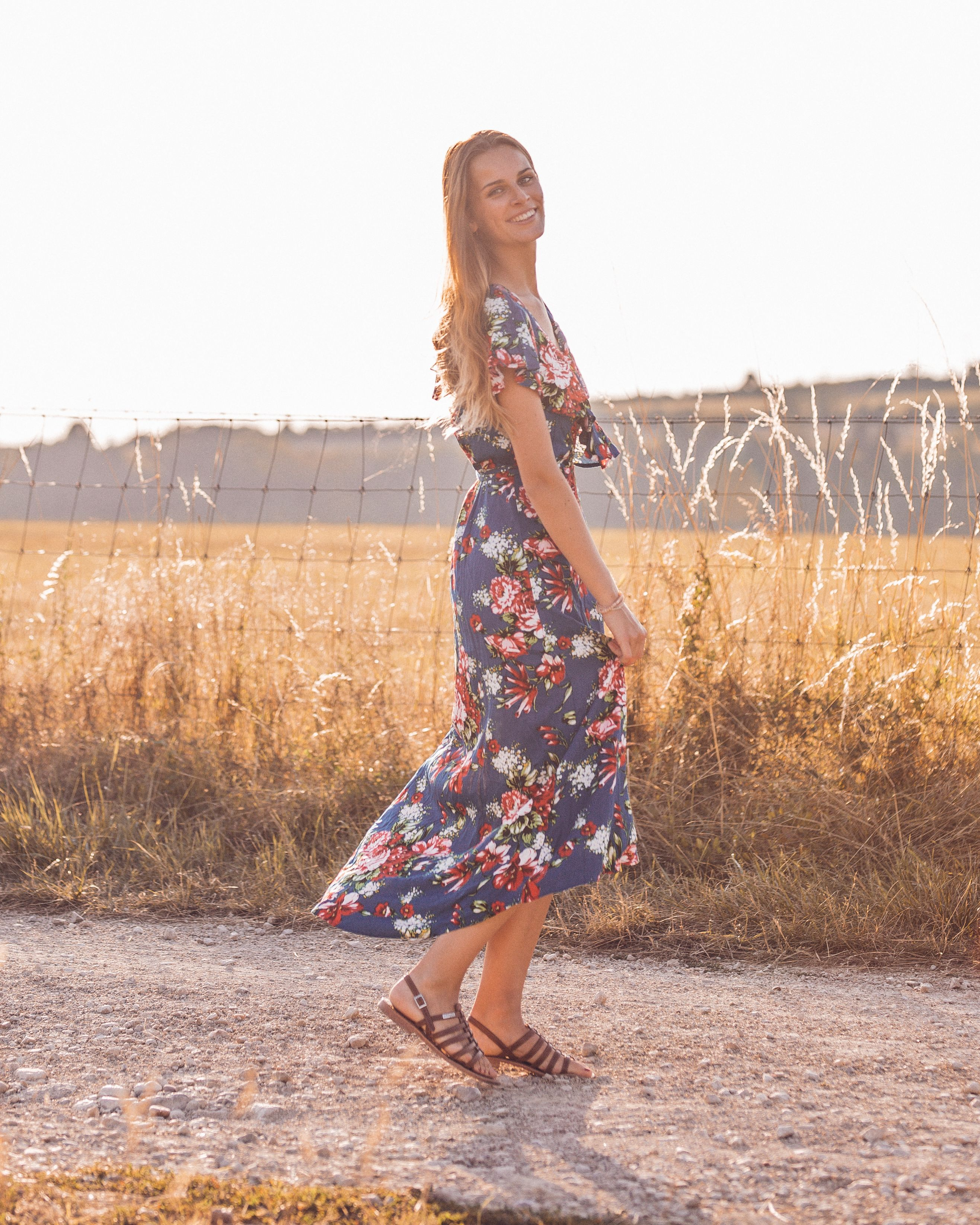 gute Textur rationelle Konstruktion Luxus-Ästhetik Asymmetrisches Blumen-Wickelkleid mit Volant. Sommerkleid ...