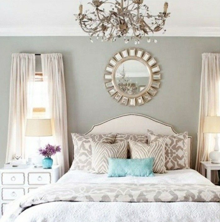 Deko Schlafzimmer Spiegel Kronleuchter Bett Kissen Blumen