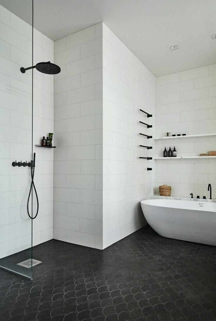 Bodenbelag schwarze Fliesen weiße Wände Badewanne Regale Armaturen