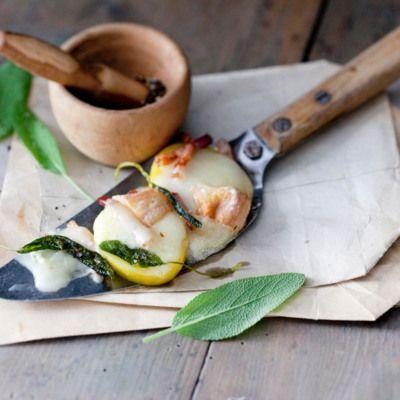 Italien lässt grüßen: Kartoffeln werden mit Speck, Taleggio-Würfeln und Salbei-Butter gemischt, bevor sie im Raclette-Pfännchen landen. Himmlisch gut!