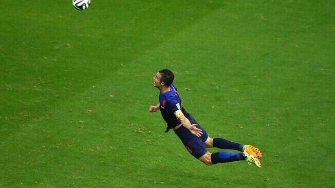 No le importa ser Batman, lo de Robin le queda bárbaro, Van Persie, goleador histórico de Holanda. #mundialxlatele pic.twitter.com/JFysQ9NtBY