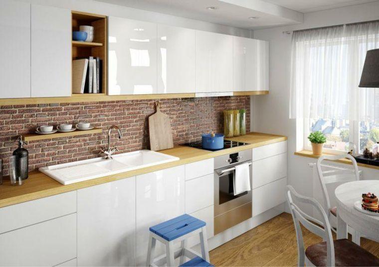 mobili bianchi con top in legno chiaro, cucina lineare con doppio ...