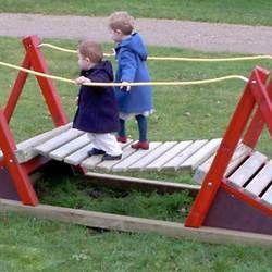 StructureJeuxEnfant Structure de jeux petit pont de rivière en bois ...