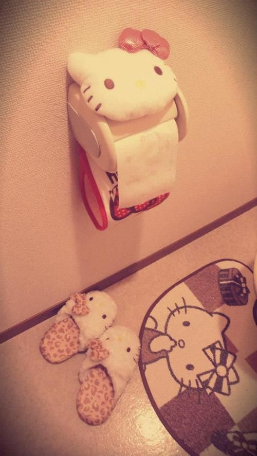 Hello Kitty bathroom accessories: paper holder, mat and slippers.