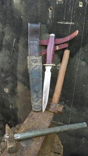 Mais um trabalho , uma adaga de mola de fusca aço forjado e batido com tempera seletiva com revenimento duplo , cabo em madeira de lei essa cor e natural !!!