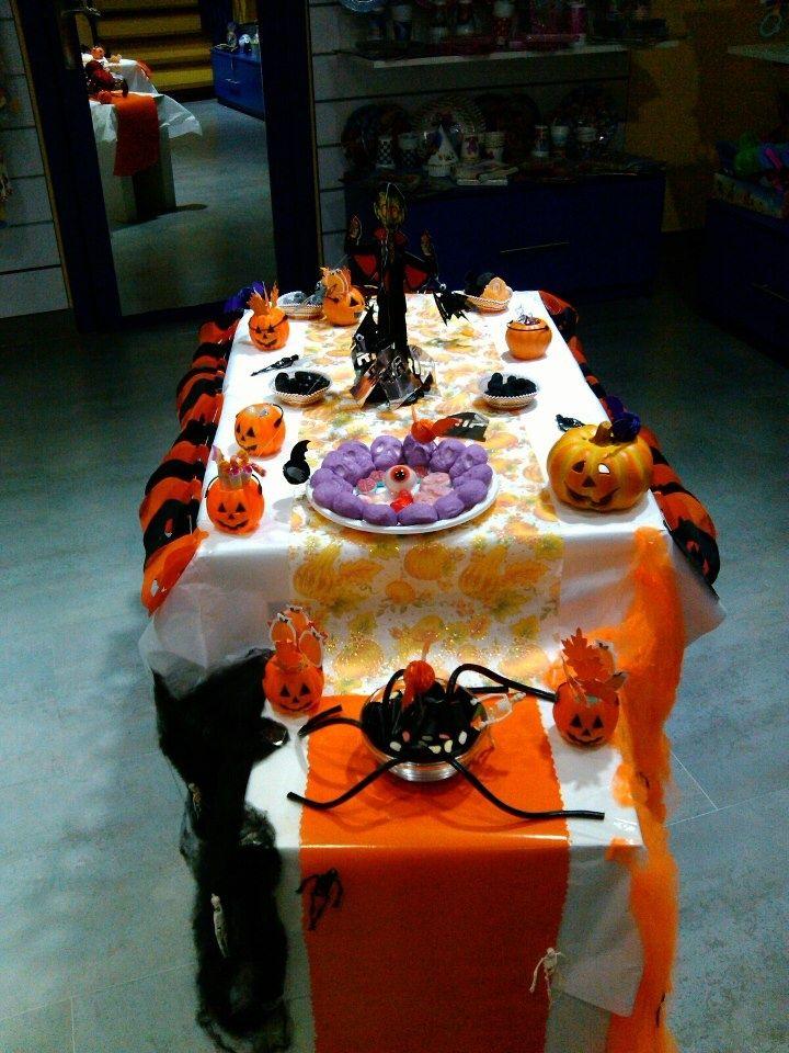 Espeluznante mesa de halloween con golosinas, arañas y mucho más.