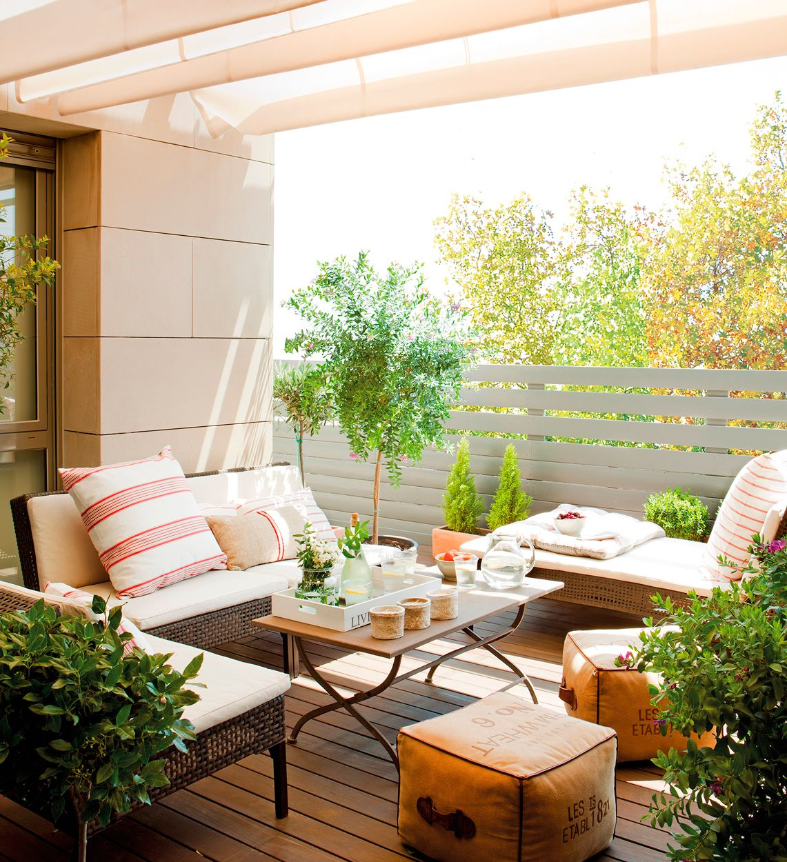 Terraza con sof s y chaise longue cojines en blanco y for Sofas terraza ikea