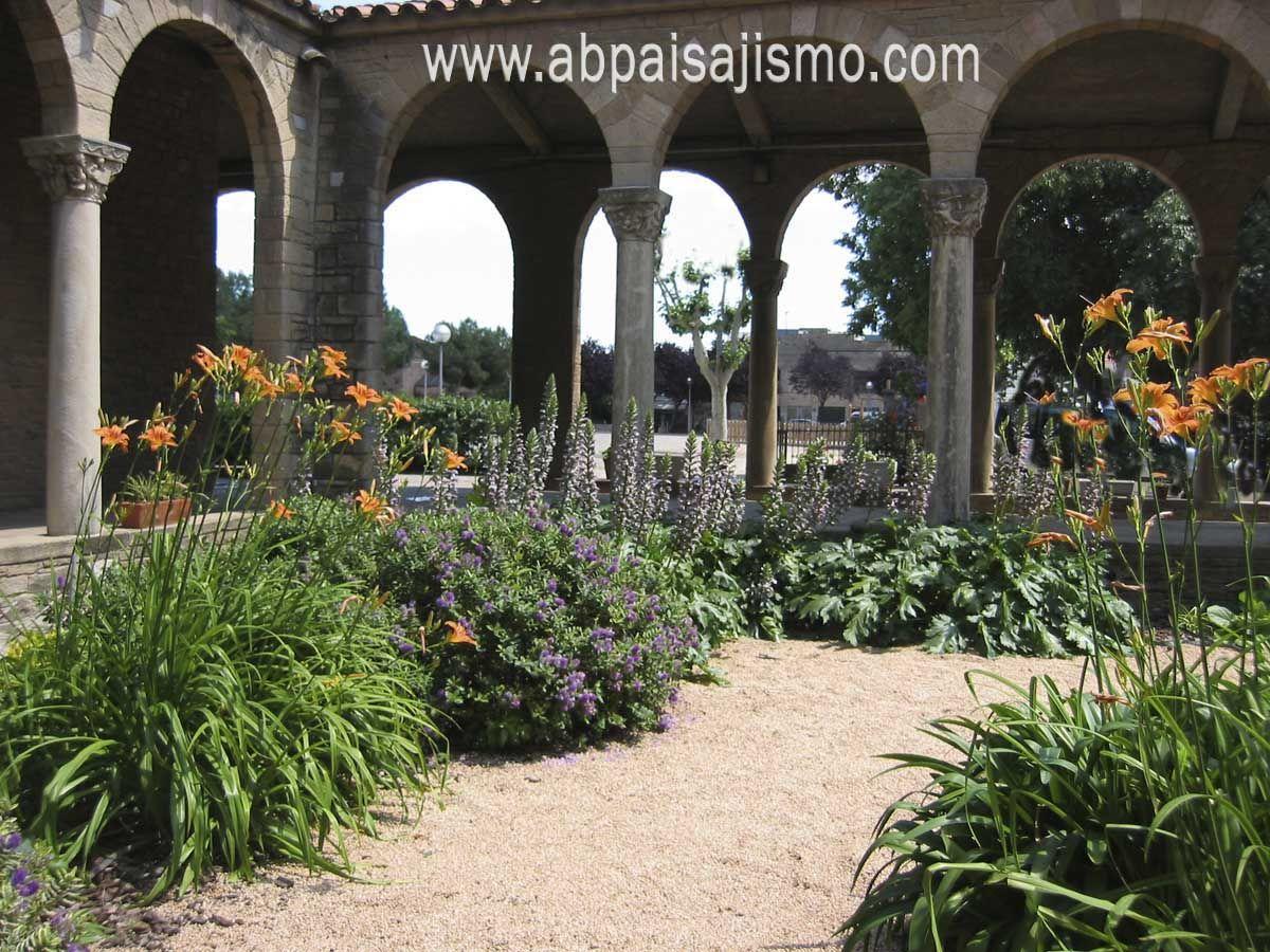 Hemerocallis hebes andersonii y acanthos mollis en - Gravas para jardin ...
