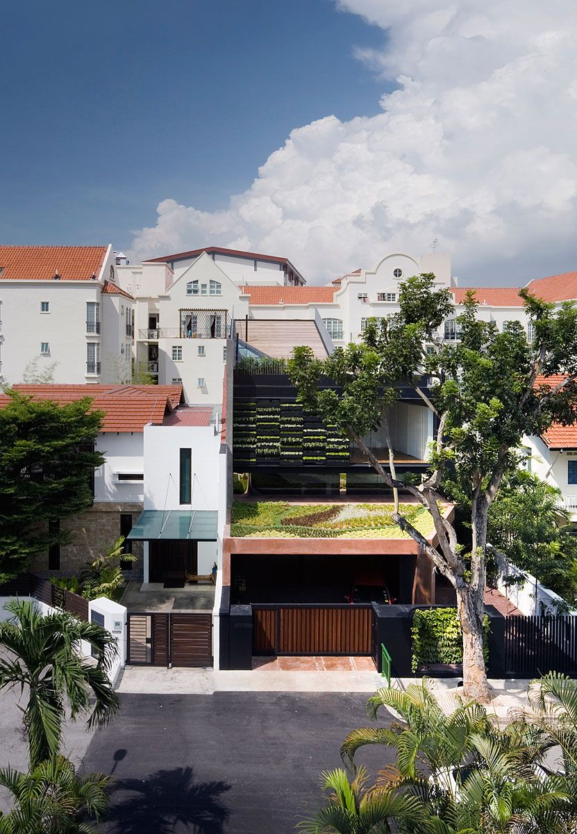 Sloping Roof Terrace At Maximum Garden House In Singapore Home Design And Home Interior Unique House Design Unique Houses Architecture House