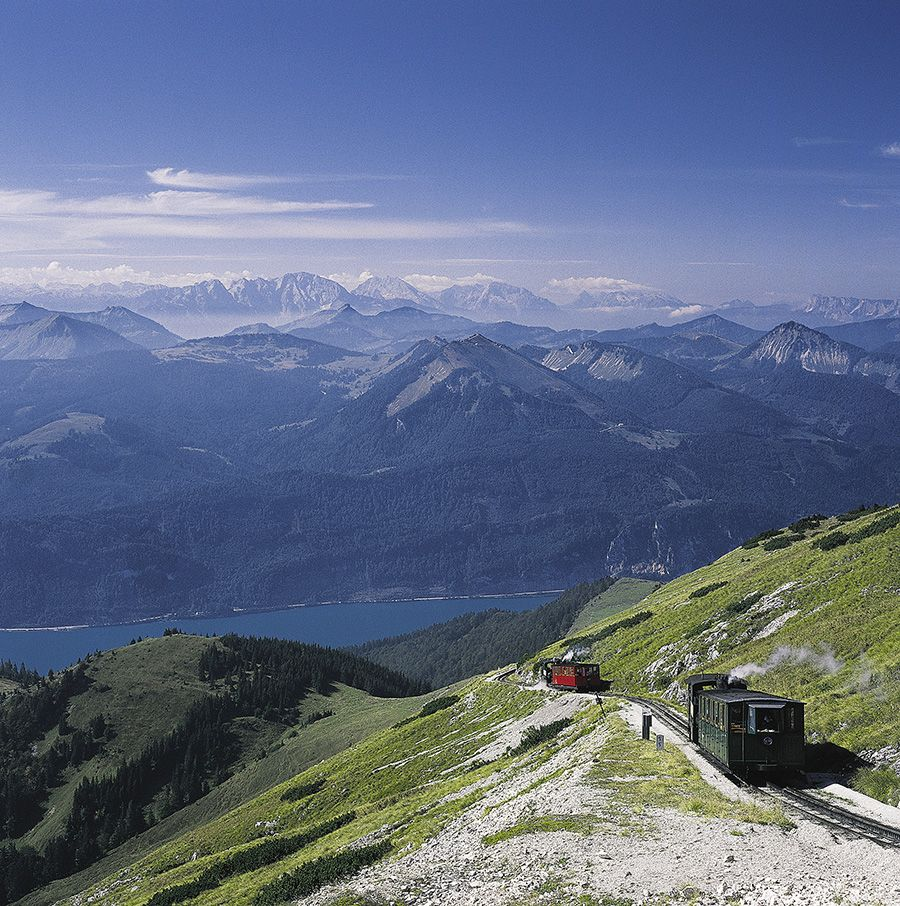 Hoch über dem Weissen Rössl fährt die Schafbergbahn gemütlich auf den Gipfel des markanten Bergs.