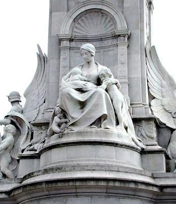 """Motherhood"" Obra de Thomas Brock ""The Victoria Memorial"" (Londres – Gran Bretaña)"