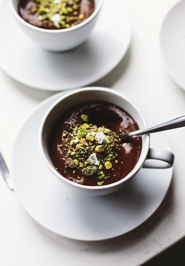 Helppo Mousse au chocolat kahdelle: 100 gr tummaa suklaata, 3 kananmunaa, ripaus suolaa ja pistaasipähkinöitä