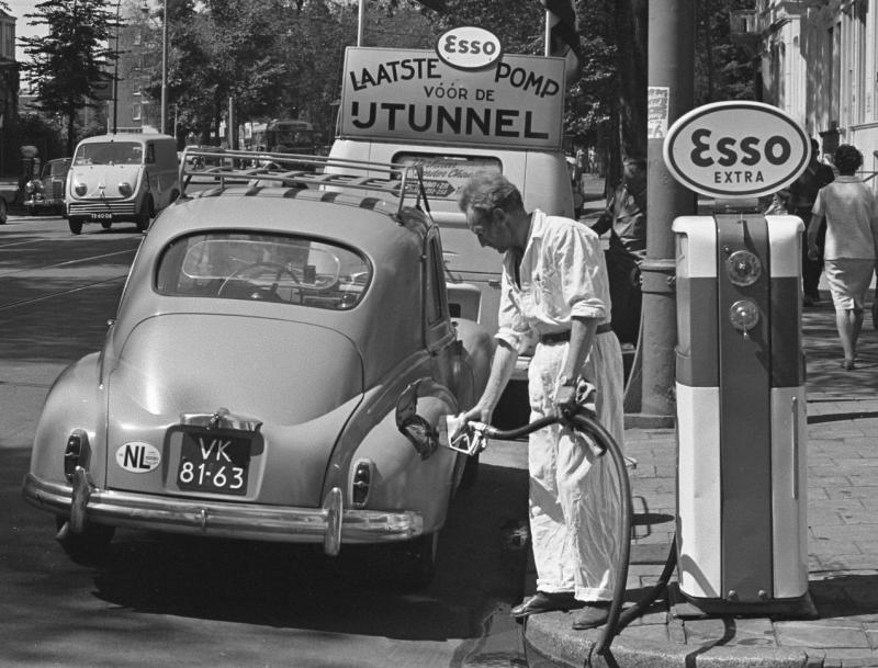 Pompe a essence 1960 voiture 203 nostalgie des annee 60 - Garage de voiture ancienne ...
