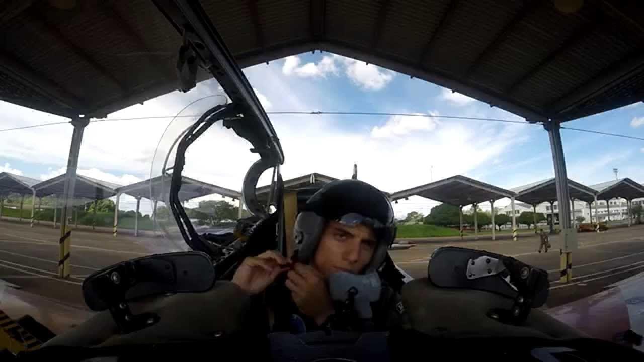 Primeiro voo solo no T-27 de cadete da Academia da Força Aérea