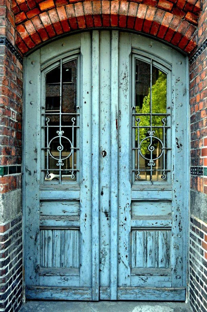 Puerta de madera de color celeste doors pinterest for Diseno de puertas de madera antiguas