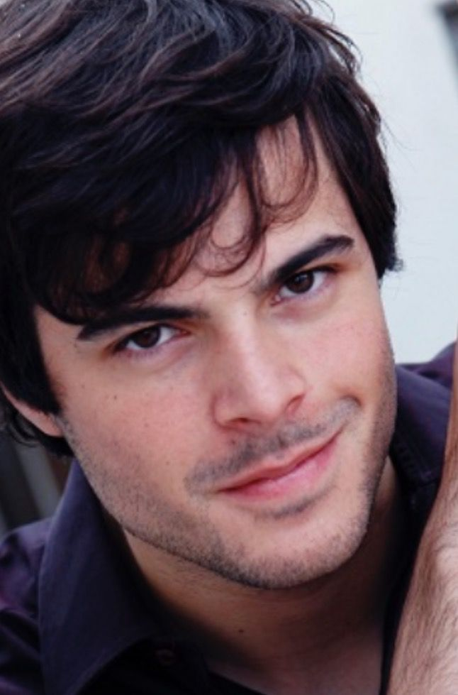 Guglielmo Scilla , conosciuto in rete come Willwoosh, attore, scrittore, conduttore radiofonico: nato a Roma nel 1987
