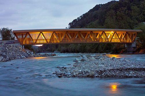 Die neue, für 40 t bemessene Holzbrücke über die Kleine Emme bei Malters weist eine Spannweite von 42 m auf.